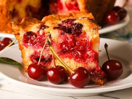 Пухкав плодов сладкиш с череши, бадемово брашно  и ванилия - снимка на рецептата